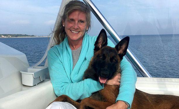 Kristin Casas ja 10 kuukauden ikäinen Rylee olivat veneilemässä, kun koira putosi veteen ja katosi näkyvistä.