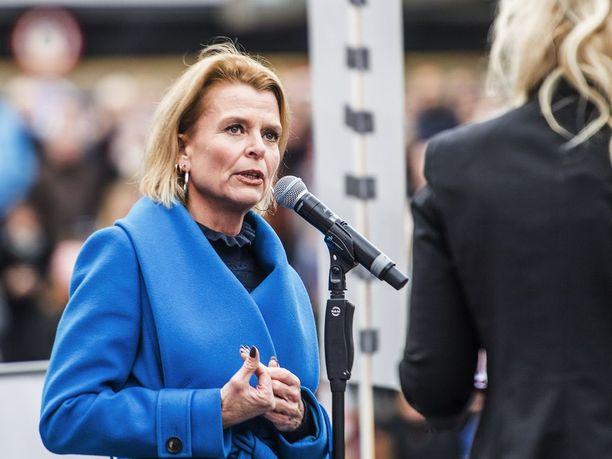 Ruotsin tasa-arvoministeri Åsa Regnér piti puheen Sergelin torilla Tukholmassa.