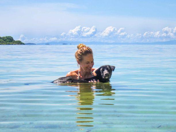 Kaisa Kasemets ja yksi perheen koirista, Eero, nauttivat kylvystä Tyynessämeressä.