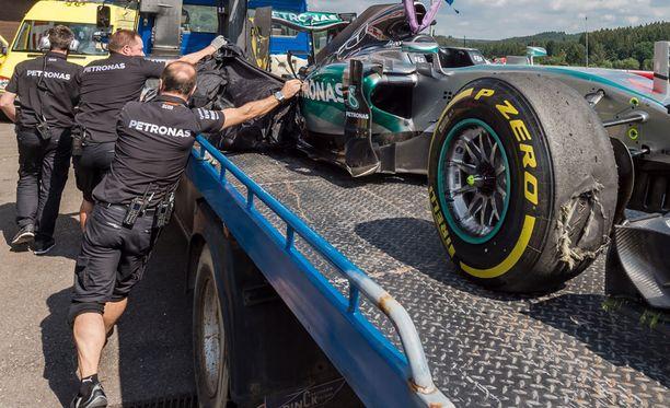 Mercedeksen työntekijät halusivat peittää pettäneen takarenkaan kallistuskulman uteliailta.