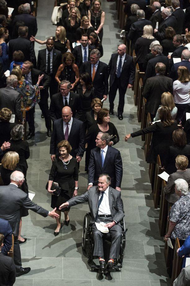 George H.W. Bush osallistui viime lauantaina vaimonsa Barbara Bushin hautajaisiin Texasin Houstonissa. Kuvassa leskeksi jäänyttä ex-presidenttiä työntää pyörätuolissa hänen poikansa, niin ikään ex-presidentti George W. Bush vaimonsa Laura vierellään.