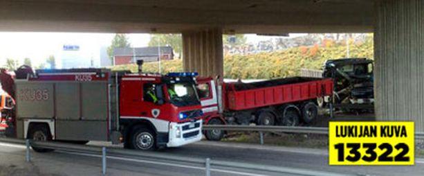 Kuorma-auto törmäsi toisen perään Tuusulanväylällä.