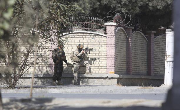 Afganistanin turvallisuusjoukkojen sotilaita televisiokanavan ulkopuolella.