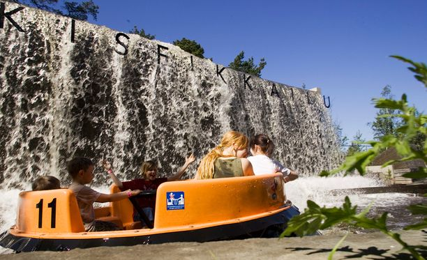 Särkänniemen Koskiseikkailu on huvipuistolaite, jonka vaunut pyörivät koskea ympäri. Arkistokuvaa.