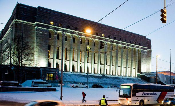 Eduskunnan turvallisuusjohtaja Jukka Savola myöntää Iltalehdelle, että kansalaisten äänenpainot kansanedustajia kohtaan ovat koventuneet viime aikoina, vaikka yksittäisten tapausten määrä ei olekaan välttämättä kasvanut.