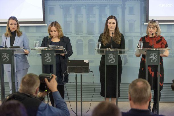 Hallitus kertoo tiistaina uusista korona-rajoituksista. Vasemmalta lukien ministerit Katri Kulmuni, Krista Kiuru, pääministeri Sanna Marin ja ministeri Aino-Kaisa Pekonen.