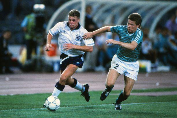 Länsi-Saksa matkasi Italian MM-kisoissa finaaliin pudottamalla ikimuistoisessa Gazzan kyyneleet -ottelussa Englannin. Uusi, kivasti kuviollinen vieraspaita on lähes suora kopio 28 vuoden takaisesta.
