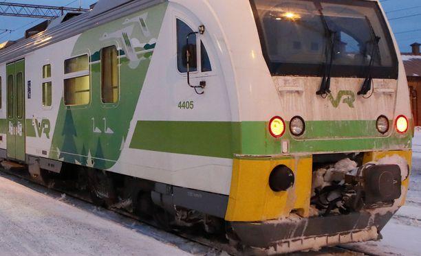 HSL:n joutuu torstaina rukkaamaan lähiliikenteen junien aikatauluja lumipyryn takia.