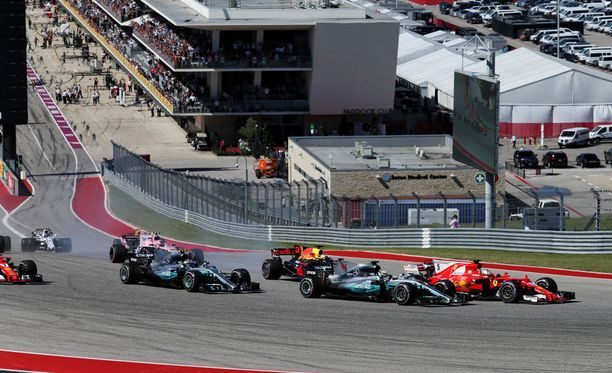 Sebastian Vettel ja Lewis Hamilton käänsivät rinnakkain USA:n GP:n ensimmäiseen mutkaan.