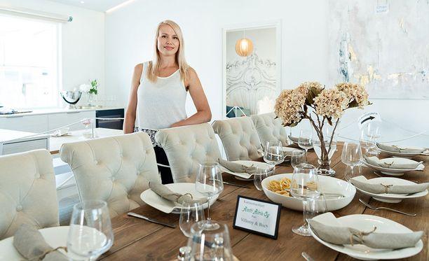 Ruokapöydän ääreen mahtuu isompikin joukko. Ruokapöydän mahtuminen tilaan oli Idalle tärkeää.