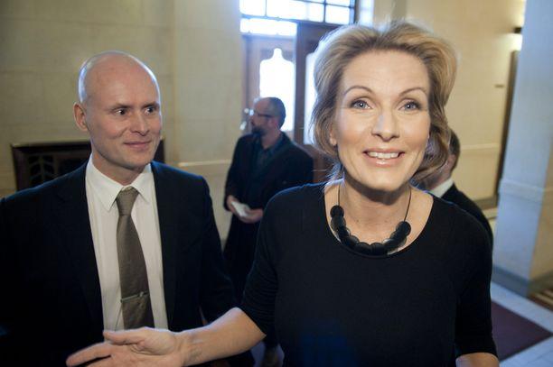 Keskustan entinen kansanedustaja ja ministeri Tanja Karpela menettää noin 4 500 euron sopeutumiseläkkeensä. Karpela, 48, on nostanut eläkettä yhtäjaksoisesti vuodesta 2011.