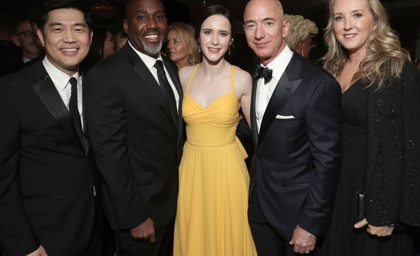 Vielä 6.1.2019 Jeff Bezosin vasemman käden nimettömässä sormessa näkyi vihkisormus. Kuvassa Bezos muun muassa näyttelijä Rachel Brosnahanin (kesk.) ja Amazon Studiosin johtajan Jennifer Salken (oik.) kanssa.