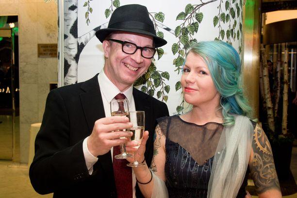 Ilveksen itsenäisyysjuhlassa tunnelmoivat Simo Frangén ja hänen seuralaisensa Krista Koivisto.