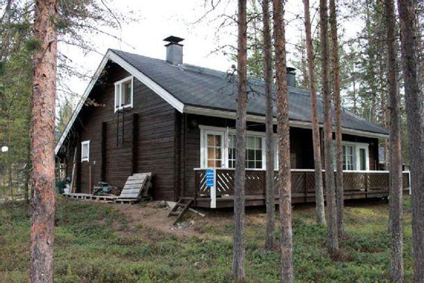 Tämä paritalohuoneisto on myynnissä Isorakassa Rakkavaarassa hiihtolatujen läheisyydessä. Loma-asunto sijaitse kahden ja puolen kilometrin päässä Levin keskustasta.