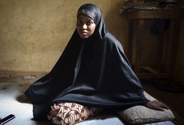 Islamistiryhmä Ansar Dine (suom. uskon puolustajat) hakkasi Lalla Arbyn, 22, koska tämä istui pää paljaana kotipihallaan Timbuktussa. Arby pakeni pahoinpitelyn jälkeen sukulaistensa luokse Bamakoon.