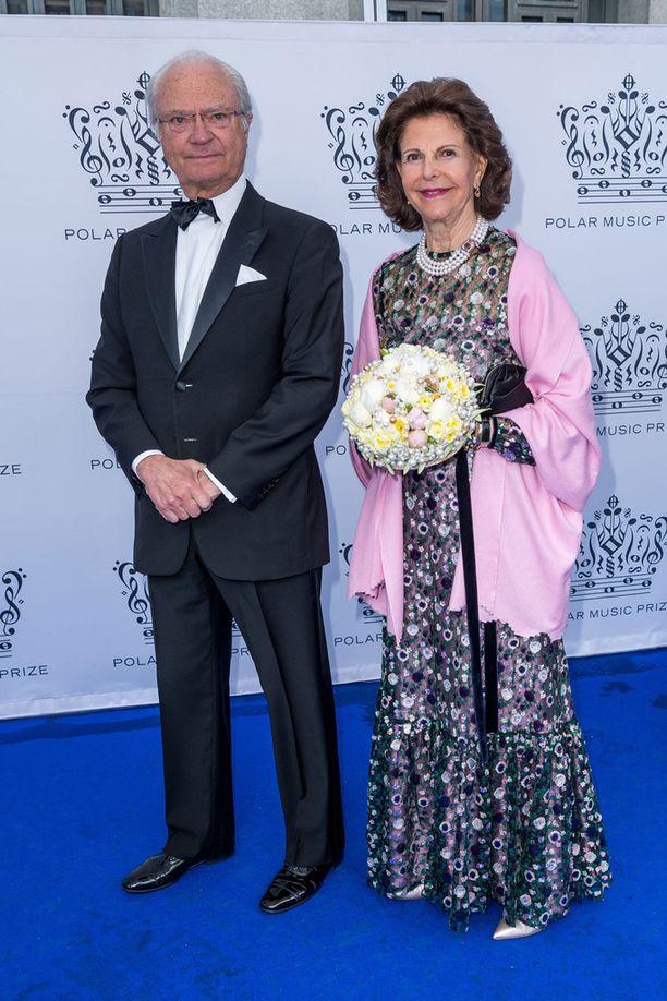 Kuningas Kaarle Kustaa ja kuningatar Silvia edustivat hyväntuulisina.