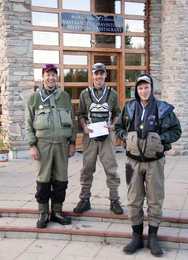 """Jasper (keskellä) oli kalastuskisan ylivoimainen voittaja. Kakkoseksi tuli Mikko """"Peltsi"""" Peltola (vas.) ja kolmanneksi Miki Äikäs."""