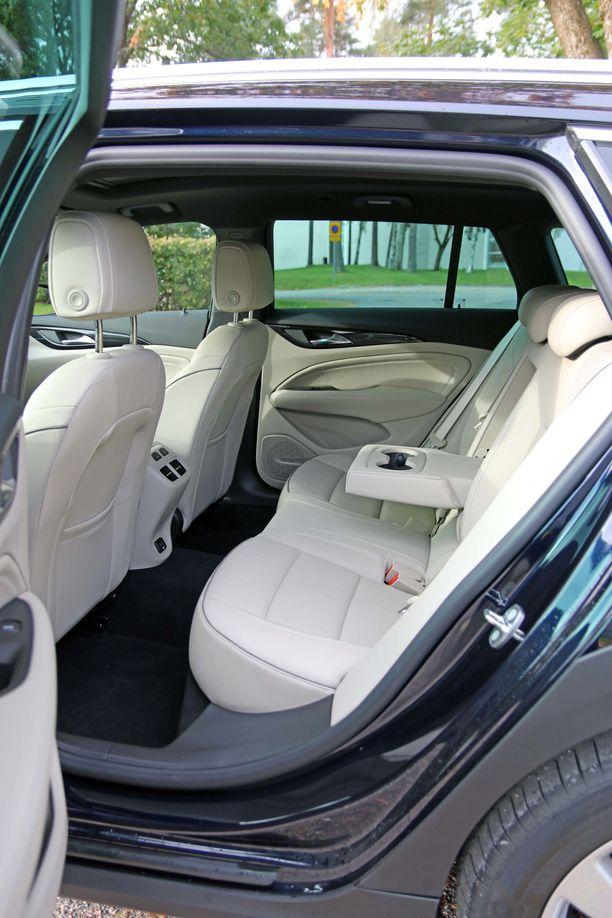Auton pituuden ansiosta takapenkillä on hyvin tilaa.