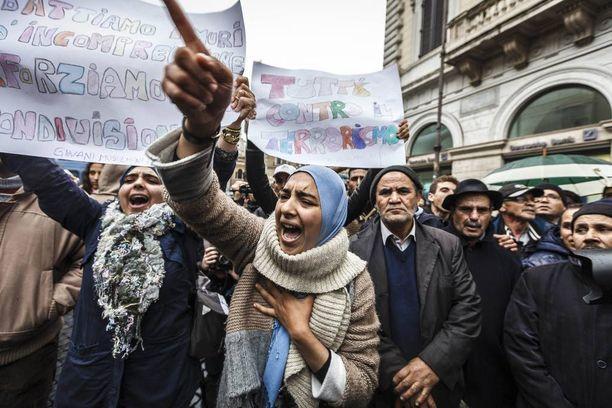 Muslimit osoittivat mieltään terrorismia vastaan Roomassa Pariisin iskujen jälkeen.