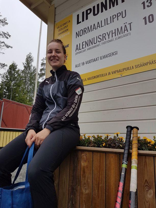Siilinjärven Pesiksen naisten joukkueen Petra Väistölä kertoi, että lauantaina pelireissulla oli bussissa ehditty viritellä positiivisesti nauraen kaikenlaisia ajatuksia miljoonista.