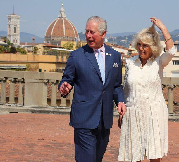 Italiassa tällä viikolla vierailleet Charles ja Camilla eivät ole turhan tärkeitä. Heiltä irtoaa vaikka pieni hulluttelu.
