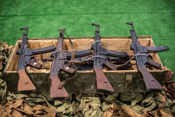 Toisen maailmansodan aikaisia Sturmgewehr 44 -kivääreitä nähdään maailman kriisipesäkkeissä vielä yli 70 vuotta niiden valmistamisen jälkeen. Nämä kiväärit takavarikoitiin syyrialaisilta taistelijoilta muutama vuosi sitten.