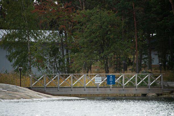 Venehallin läheisellä laiturilla on maininta sekä yksityisalueesta että kameravalvonnasta.