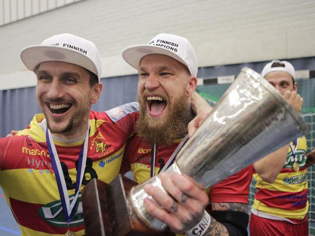 Riihimäen Cocksin Teemu Tamminen ja Bojan Zupanjac juhlivat villisti Suomen mestaruutta.