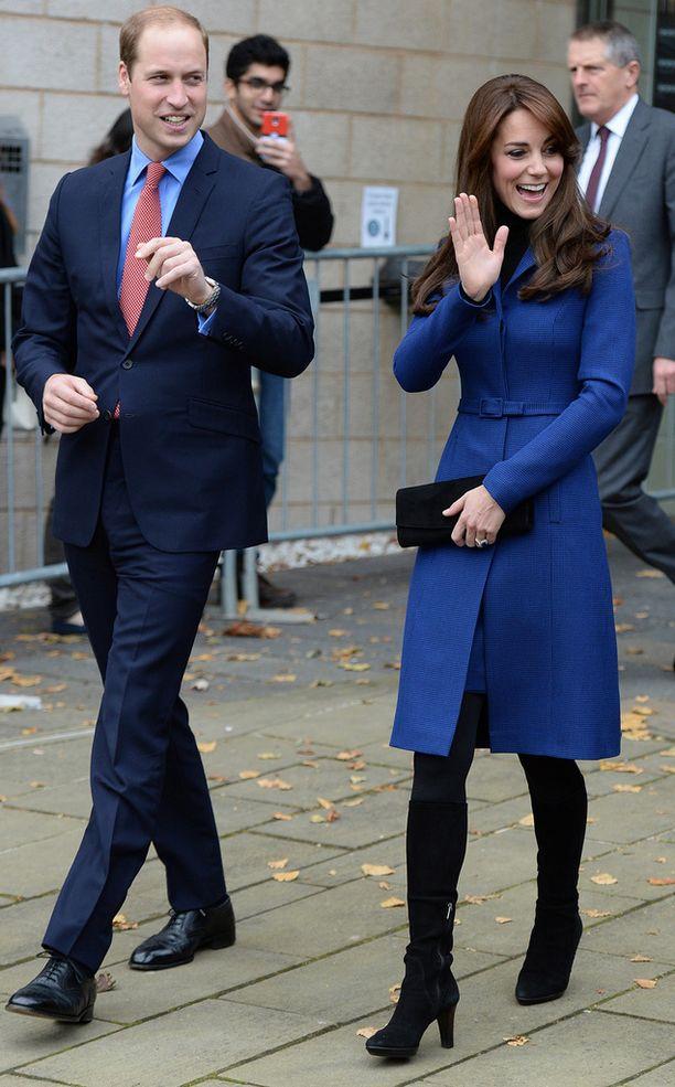 Cambridgen herttuatar Kate ihastutti yleisönsä mustissa saapikkaissaan ja sinisessä design-takissaan.