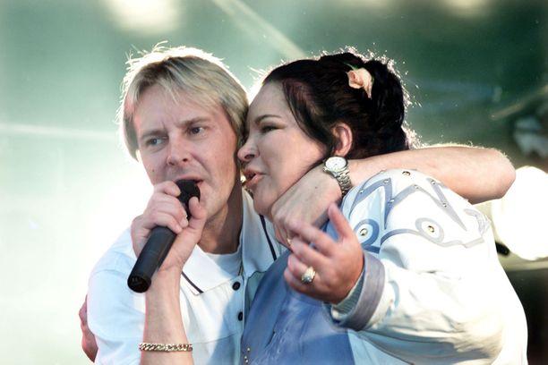 Mervi oli välillä mukana myös Matin laulukeikoilla. Kuva vuodelta 2004 Jyväskylästä.