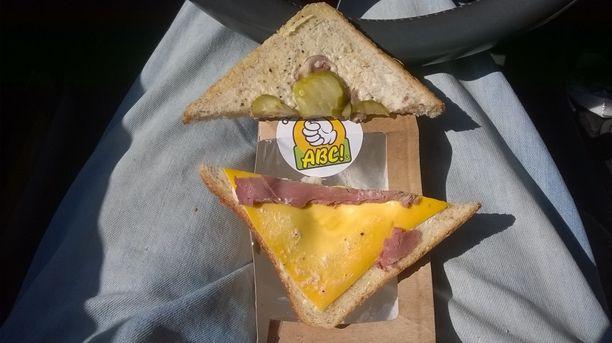 Karkkilan ABC:ltä ostetussa kolmioleivässä ei ollut nimeksikään juustoa, kinkkua tai suolakurkkua.