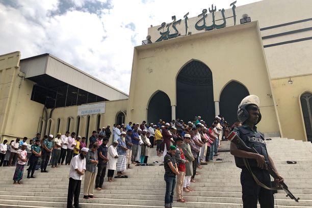 Moskeijan edessä rukoiltiin ampumisten jälkeen.