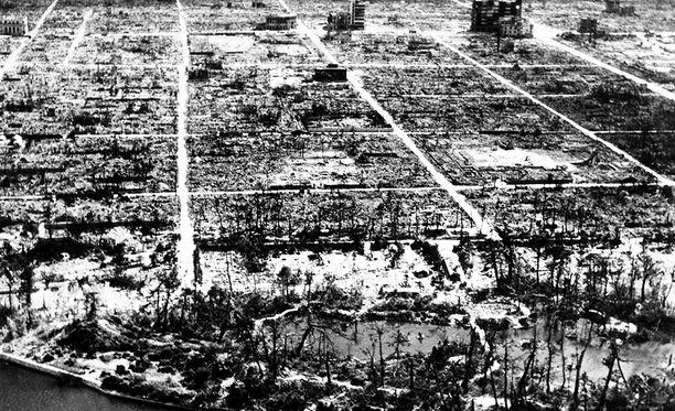Hiroshimaan pudotettu ydinpommi surmasi välittömästi noin 75 000 ihmistä. Pommi oli nykymittapuun mukaan pieni, noin 13 kilotonnia. Sen räjähdysvoima on samaa luokkaa kuin nykyisten taktisten ydinaseiden.