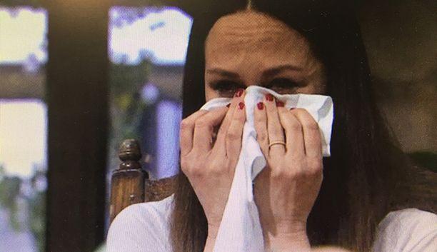 Terhi Kokkonen romahtaa itkuu, sillä yhteiskuvat siskosta ovat liikaa.
