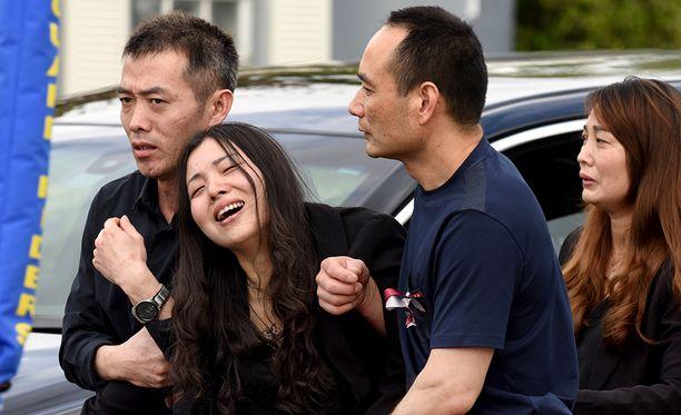 Peter Wangin äiti poikansa hautajaisissa tiistaina.