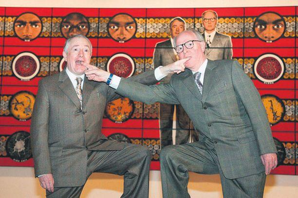 KUN ON TUNTEET Homofobiaan kyllästyneet brittitaiteilijat Gilbert ja George rohkaisevat uroksia osoittamaan avoimesti hellempiä tunteita toisiaan kohtaan esimerkiksi tähän tapaan.