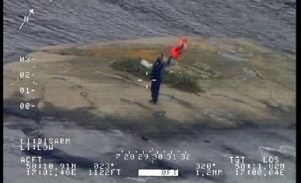 Pelastushelikopteri löysi miehen luodolta heiluttamassa punaisia pelastusliivejä.