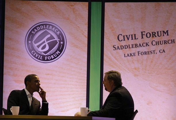 Barack Obama kertoi vaikeasta nuoruudestaan pastori Rick Warrenin (oik.) haastattelussa.