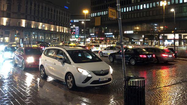 Heinäkuussa 2018 voimaan tullut taksiuudistus on aiheuttanut monia ongelmia alalle, joita nyt yritetään korjata. Viranomaisten selvitysten mukaan taksitoiminnan vapautus mm. nosti kyytien hintoja merkittävästi.