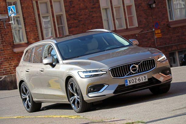 Volvo V60 näyttää hämäävästi isolta sisarukseltaan V90:seltä. Mittanauha kertoo, että auto on kuitenkin 17,5 senttiä lyhyempi ja nelisen senttiä kapeampi.