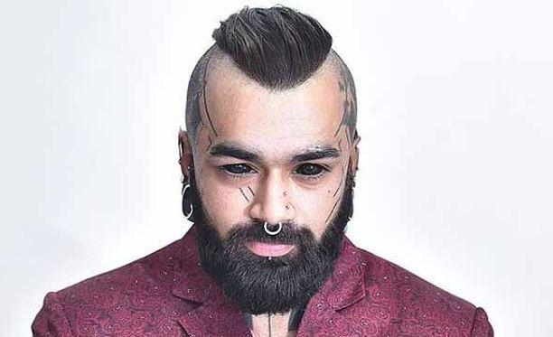 Karan Sidhu pitää omaa tatuointistudiota Delhissä.