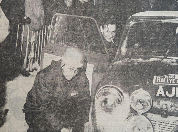 Paperossi huulillaan auton ovelta kurkistava Timo Mäkinen ja kartanlukija Paul Easter (etualalla) onnistuivat vuonna 1965 Monte Carlossa aina niin ratkaisevissa rengasvalinnoissa.