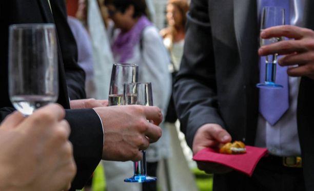 Kesällä on paljon juhlia, joissa on usein myös alkoholia tarjolla. Erityisesti diabeetikkojen tulisi muistaa näissä tilanteissa myös syödä.