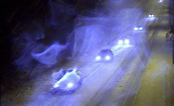 Huono näkyvyys, liukkaat tiet ja kova tuuli kiusaavat autoilijoita.