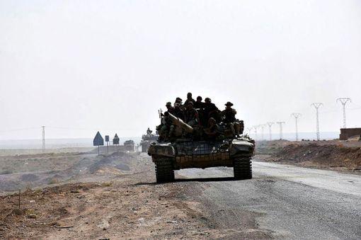 Syyrian joukkoja Deir Ezzorin laitamilla.