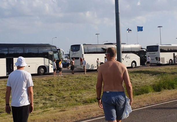 Vaalimaan rajanylityspaikalle syntyi hurjat jonot Venäjältä palaavien Huuhkaja-kannattajien odotellessa koronatesteihin pääsyä. Testaajia rajalla oli kaksi.