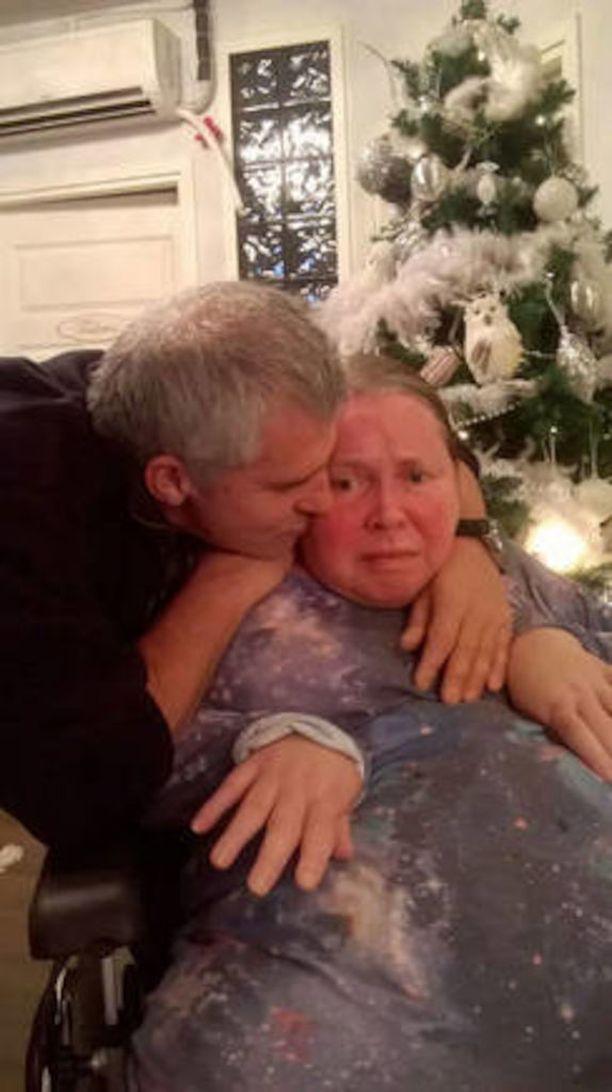 Georgios Tripolitis halaa vaimoaan Teijaa, joka pääsi viime jouluna käymään kotona.