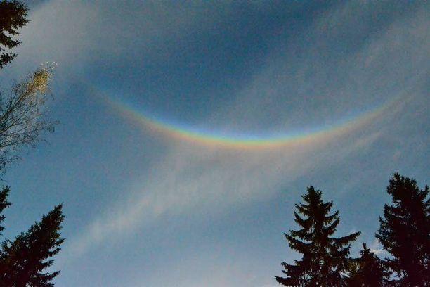 Halo-ilmiö näkyi läntisellä taivaalla noin kymmenen minuutin ajan. Tavallisen ihmisen silmin halo oli kuin pieni väärin päin keikahtanut sateenkaari.