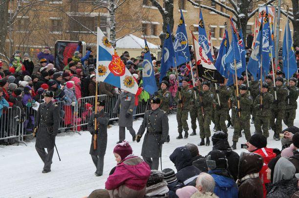 Itsenäisyyspäivää juhlistettiin Kuopiossa paraatilla.