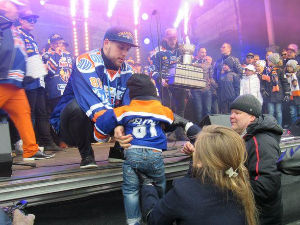 Jukka Peltolan Johanna-vaimon auttaa perheen Niki-pojan lavalle.